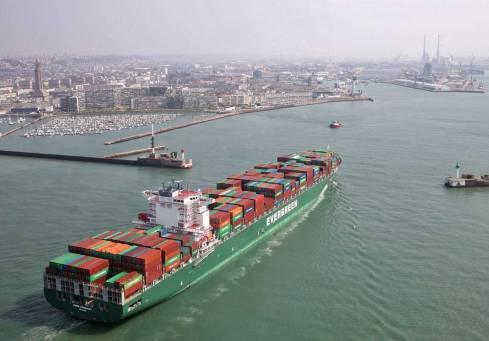 Cargo à l'entrée du port du Havre